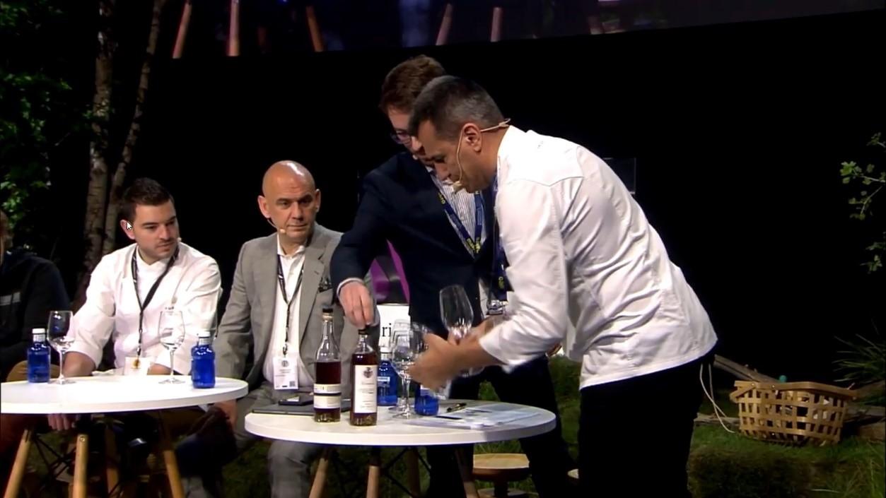 el sumiller del Disfrutar presenta un vino desalcoholizado que forma parte de su carta de vinos