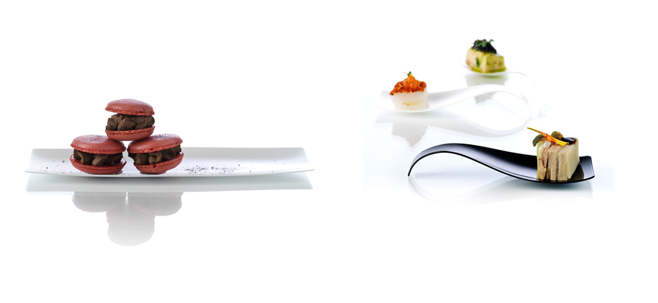 Plastic spoon in white, black and transparent presenting tastings.')