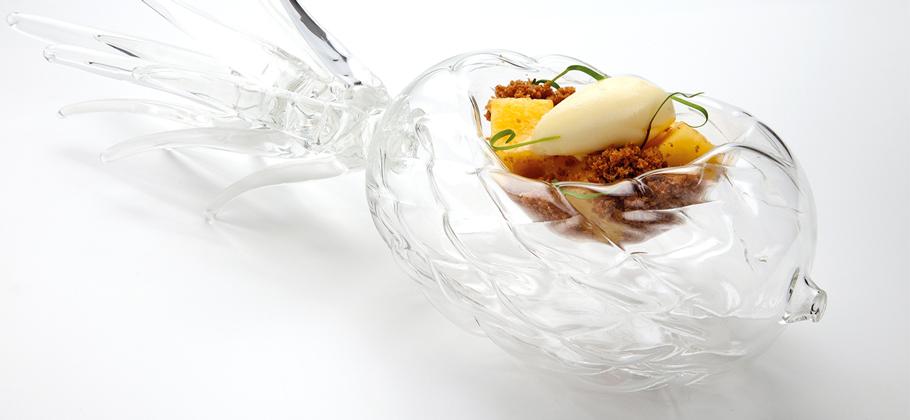 Presentación de pulpa de erizos frescos con plato de vídrio en forma de erizo de mar')