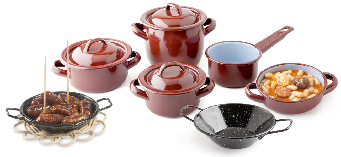 Retro collection, replicas of pots, saucepans and paellas of traditional cuisine, in miniature')