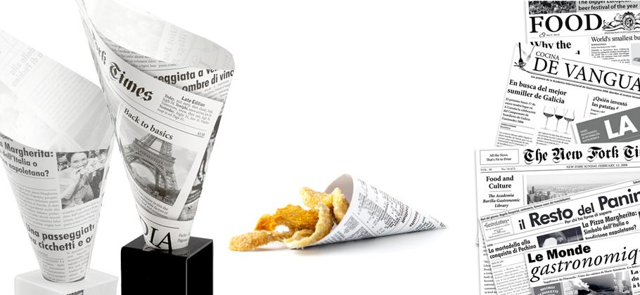 Conos con estampado papel periódico con frituras en su interior.')