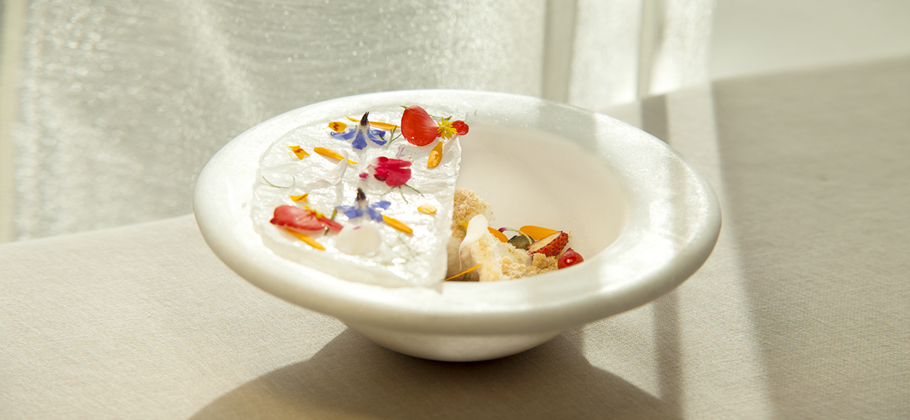 Dessert presentado en el plato de piedra blanca Cool Bowl')