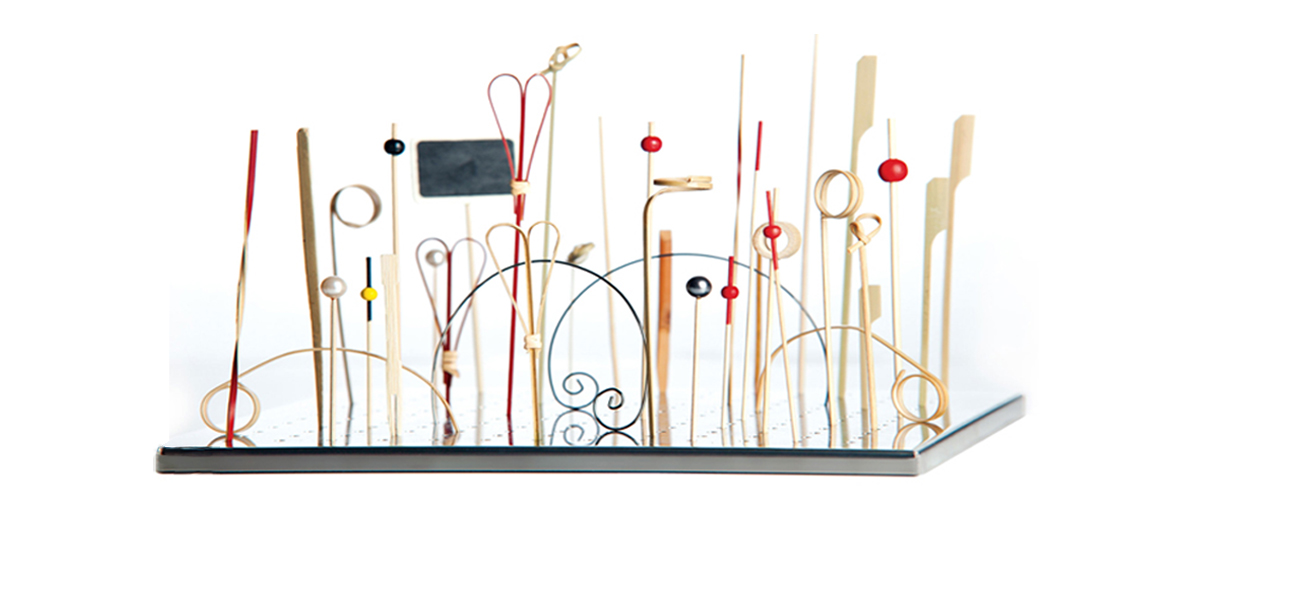 Bandeja expositoria con todos los modelos de brochetas de bambú')