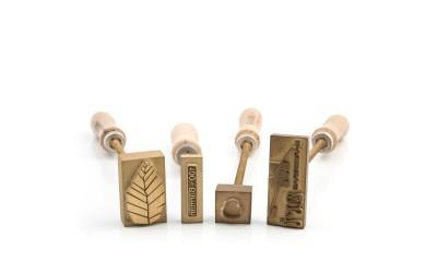 Εργαλείο στάμπας σε ξύλινο υλικό